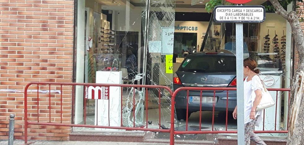 Una joven sufre un accidente y acaba metida en una óptica en Catarroja