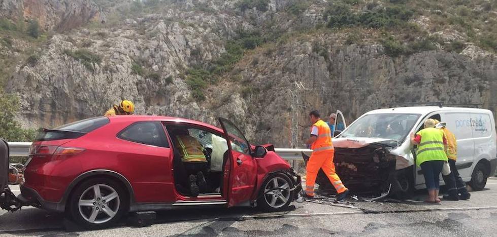 Dos conductores quedan atrapados en sus vehículos tras una colisión frontal en la N-332 a la altura de la cantera de Gata de Gorgos