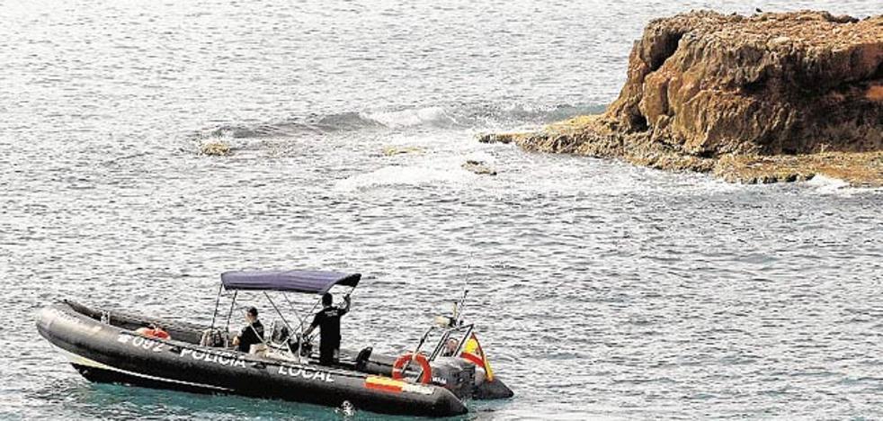 Rescatan a seis personas de un barco que se hundía frente a la playa en Torrevieja