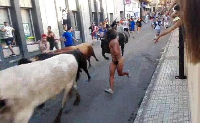 Corre desnudo en los bous al carrer de la Vall d'Uixó