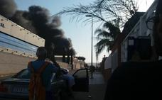 El incendio industrial en L'Alcúdia de Crespins afecta a dos naves
