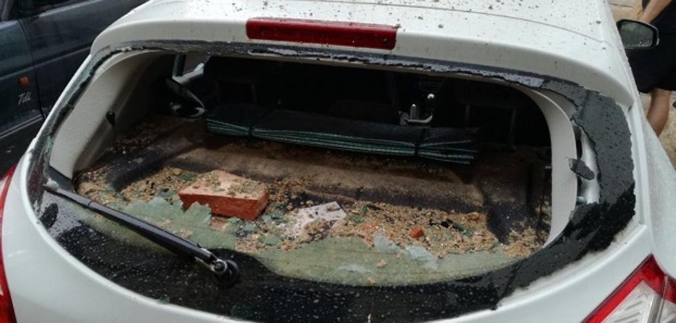 El impacto de un rayo en el campanario de Xiva de Morella provoca la caída de cascotes sobre dos coches