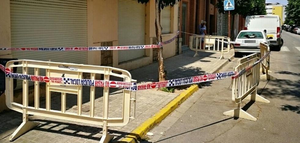 Los desprendimientos de una cornisa provocan daños en un vehículo en Alboraya