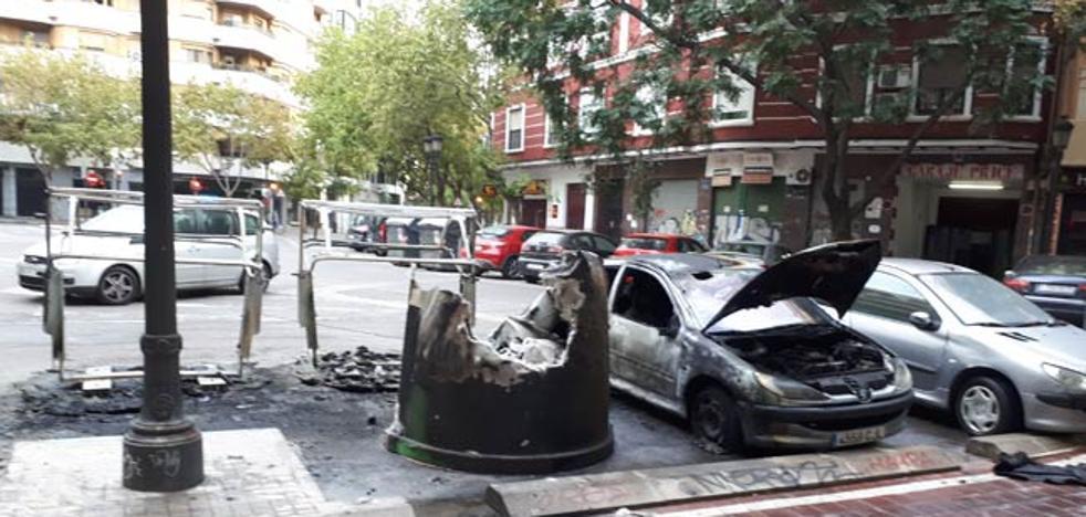 Arden tres contenedores y dos vehículos esta madrugada en Valencia