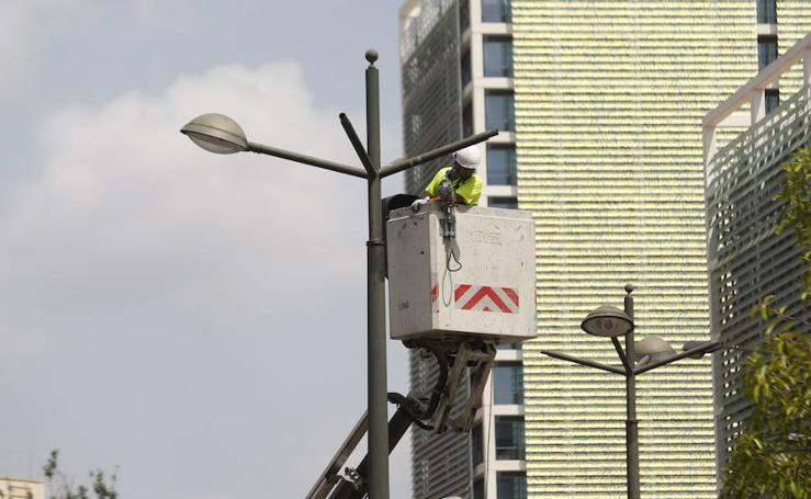 Fotos de la retirada de luces de algunas farolas en Valencia