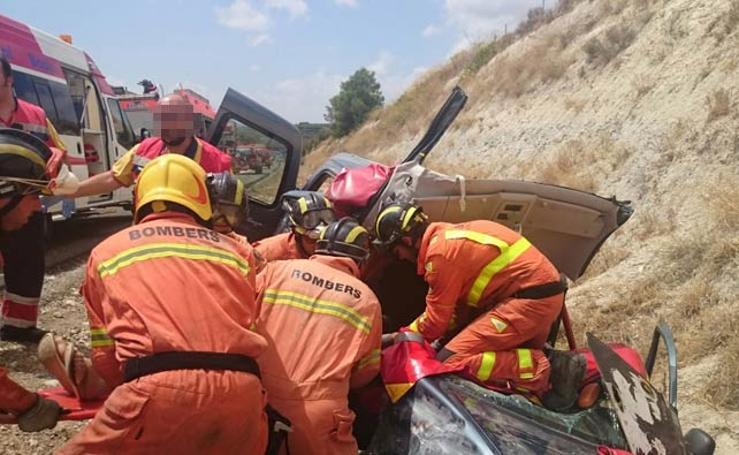Fotos del rescate de tres personas atrapadas tras un accidente en Moixent