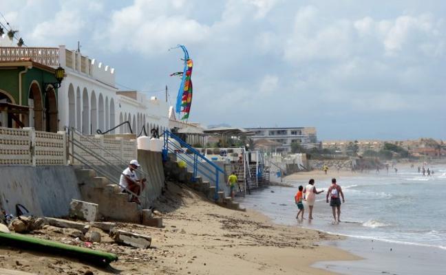 La tormenta se traga una playa, corta caminos y deja 80 litros en la Marina