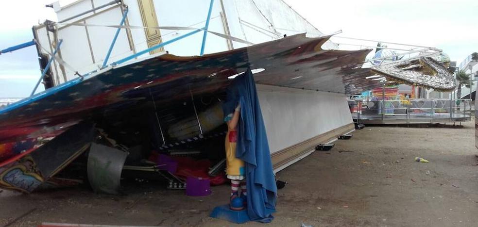 La tromba de agua y el viento provocan la caída de una atracción en Dénia y problemas en el suministro de agua y luz