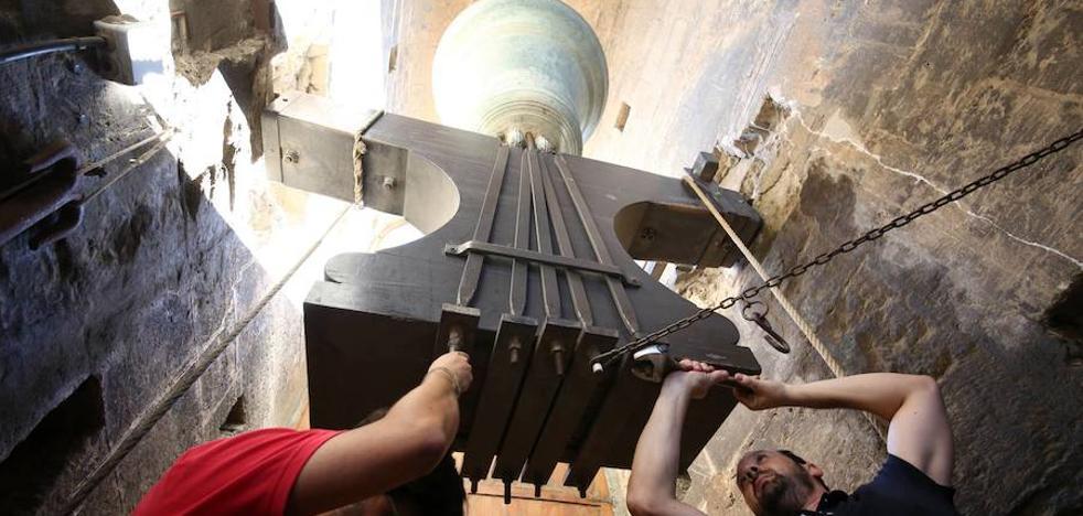 Los campaneros del Micalet recuperan la tradición medieval de apretar los tornillos de las campanas el día de San Lorenzo