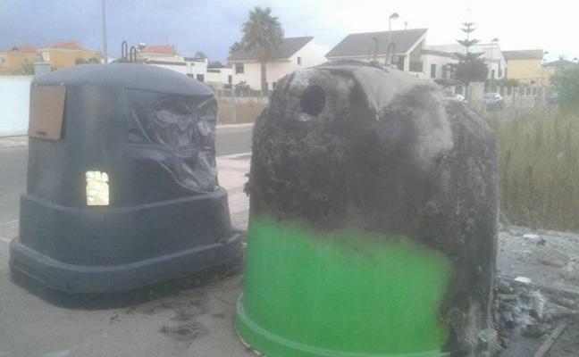 Un pirómano quema 17 contenedores de basura en Daimús en una sola noche