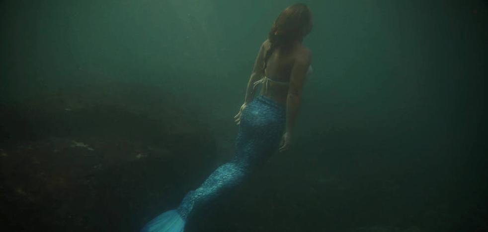 Sirenas casi reales salen de bajo del mar por una buena causa