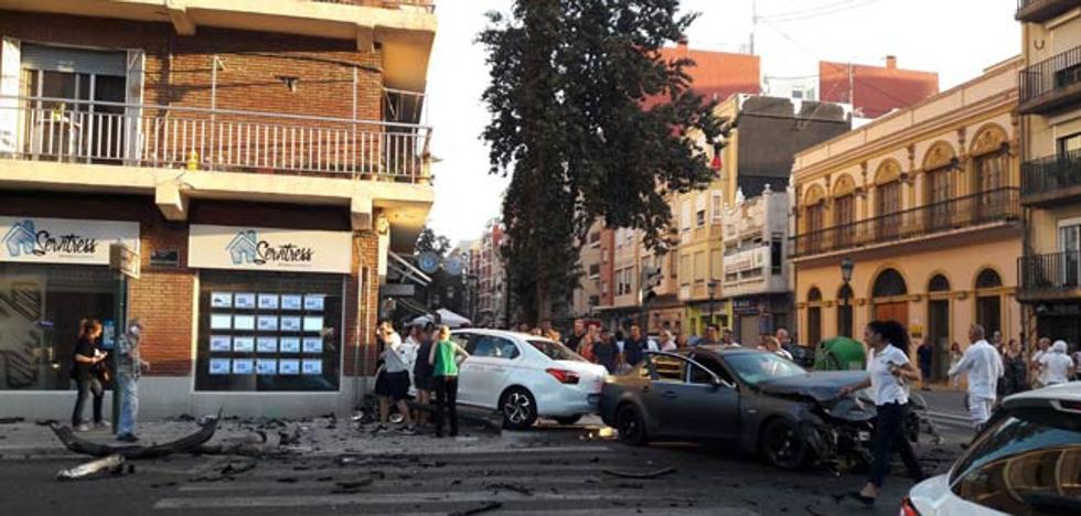 Un herido en un aparatoso accidente en la calle de la Reina
