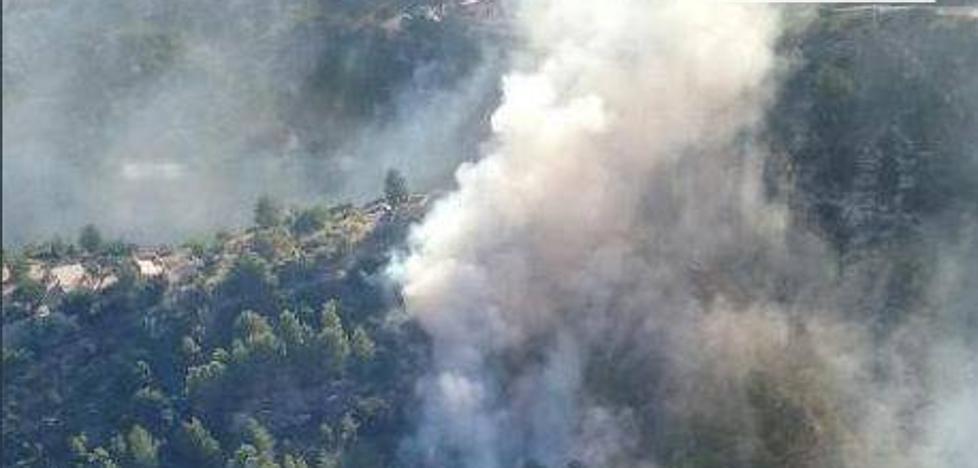 Los medios aéreos se retiran del incendio forestal de Buñol