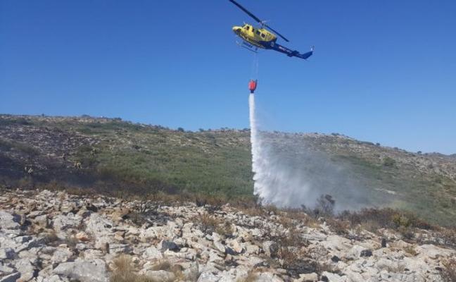 Dos incendios queman matorral y árboles en Benissa y Buñol
