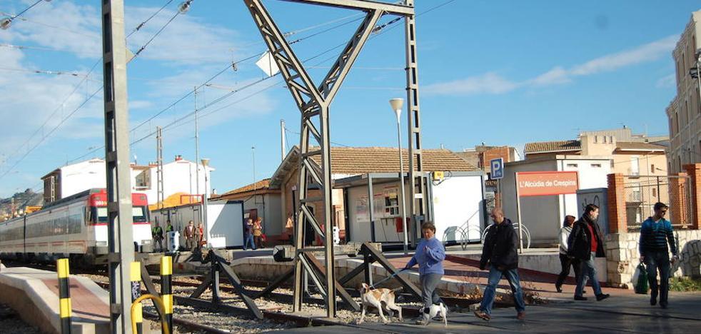 Adif y l'Alcudia de Crespins acuerdan la supresión del paso a nivel en el casco urbano