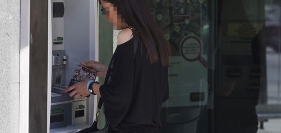 Dos detenidos por robar 22.500 euros con tarjetas y cartillas sustraídas en cajeros en Valencia