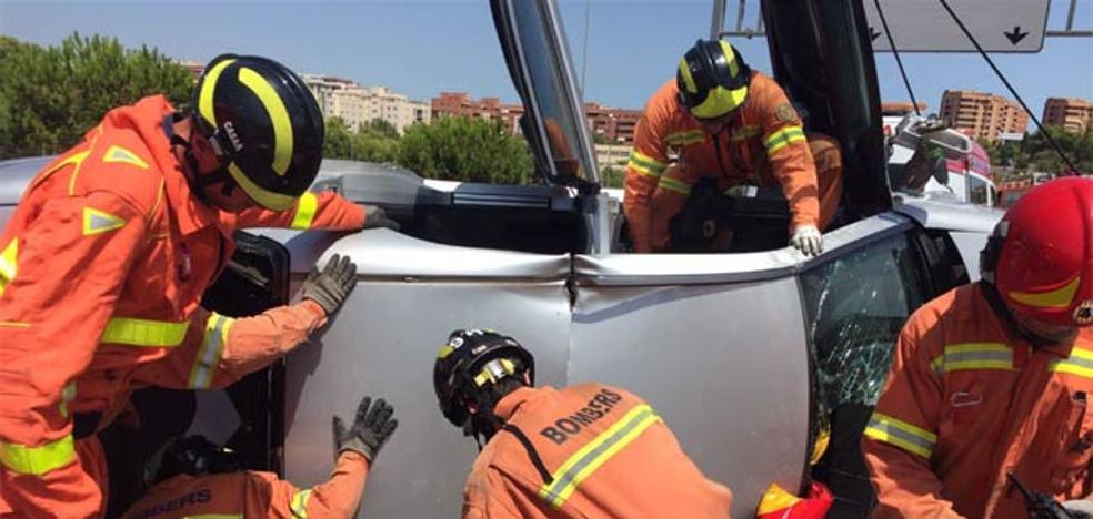 Dos personas rescatadas en un coche volcado tras chocar con un camión en Paterna