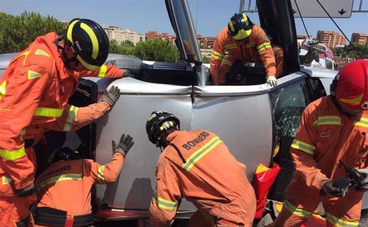 Fotos del vuelco de dos coches en dos accidentes en Paterna y Valencia