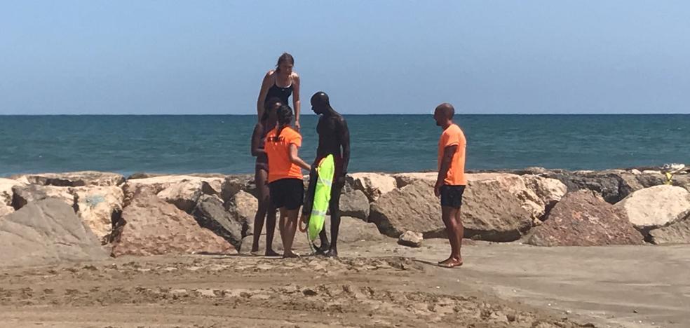 Salvan la vida de una joven en la playa de Meliana