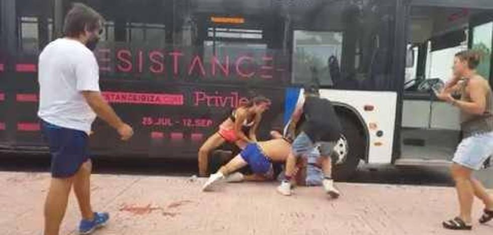 Agresión a un conductor de autobús por parte de dos jóvenes en Ibiza