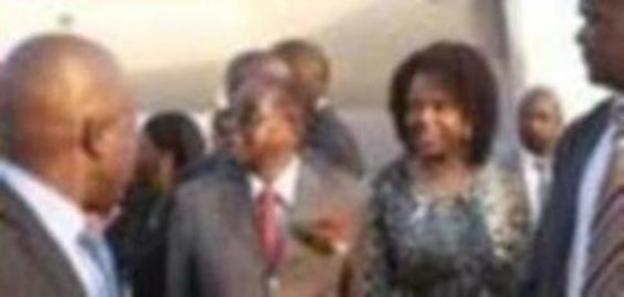 La policía busca a la primera dama de Zimbabue por atacar a una modelo