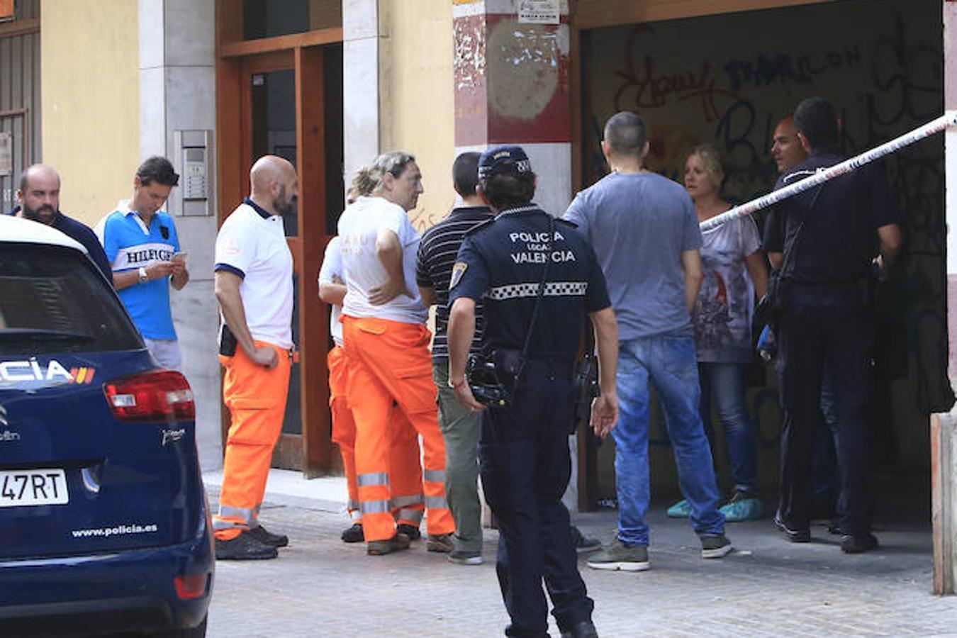 Fotos de la retirada del cadáver de un hombre en la calle Calamocha de Valencia