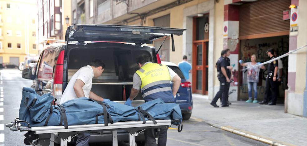 Hallan el cadáver de un hombre con una puñalada en el corazón en un garaje de Patraix