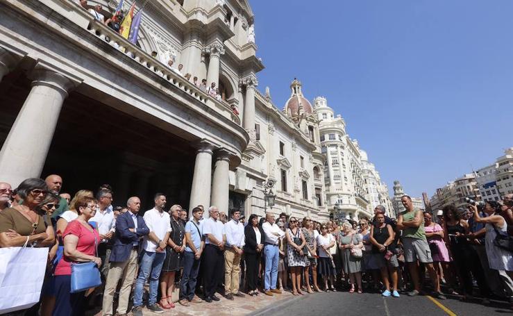 Fotos del minuto de silencio en Valencia en memoria de las víctimas de los atentados de Barcelona y Cambrils