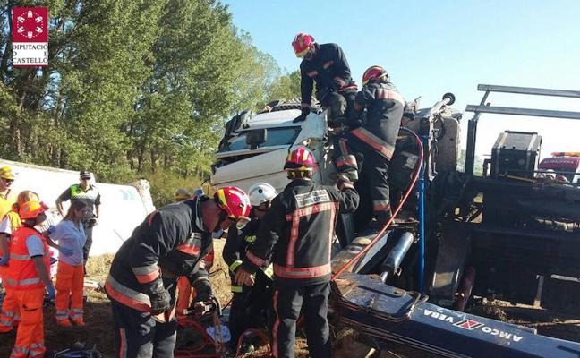 El conductor de un camión de la basura, herido tras volcar su vehículo en la CV-12 en Morella
