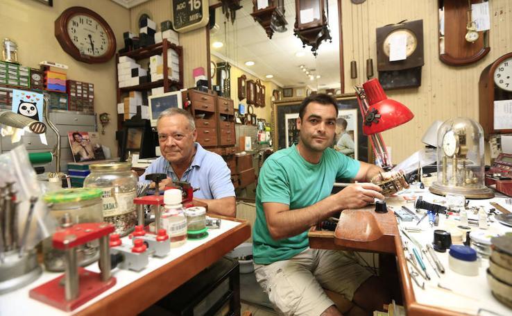 Fotos de Jesús Sánchez e hijo, dos generaciones de relojeros