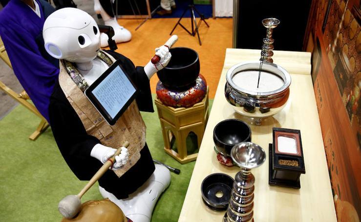 Fotos de un robot sacerdote en Japón