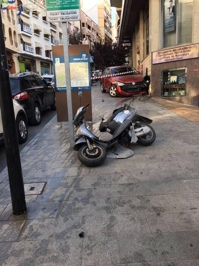 Susto en Calp al chocar un coche con varios vehículos y subirse a la acera en una céntrica avenida