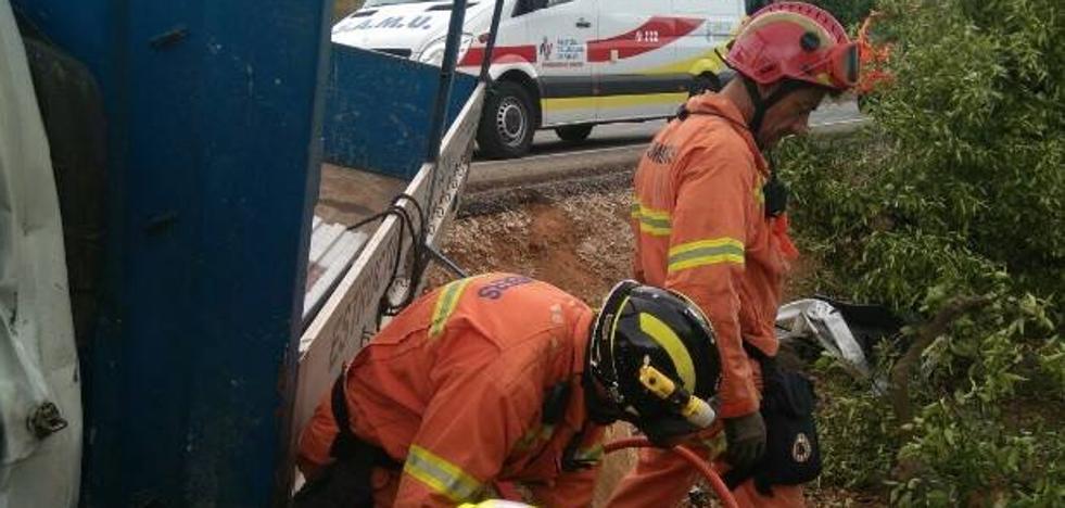 Rescatado el conductor de un camión tras chocar contra un árbol en Corbera
