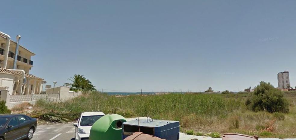 Una mujer de 79 años fallece tras ser rescatada inconsciente del agua en una playa de El Puig