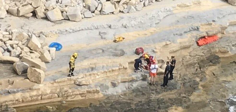 Los bomberos rescatan a un hombre en una cala de Moraira y apagan dos coches en llamas tras un accidente en Benissa