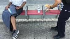 Un policía local de Sevilla le prepara un bocadillo a un hombre desfallecido