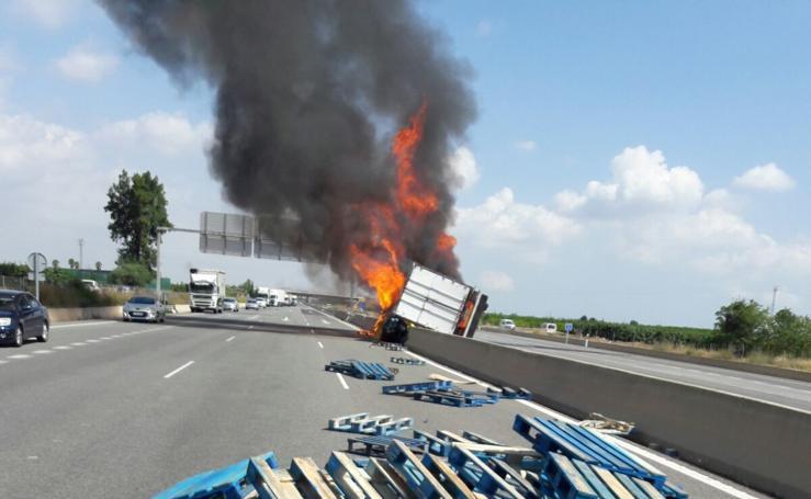 Fotos del camión volcado en la A-7 en Carlet