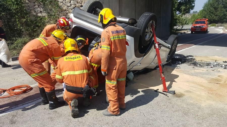 Fotos del rescate de un conductor en la Pobla del Duc