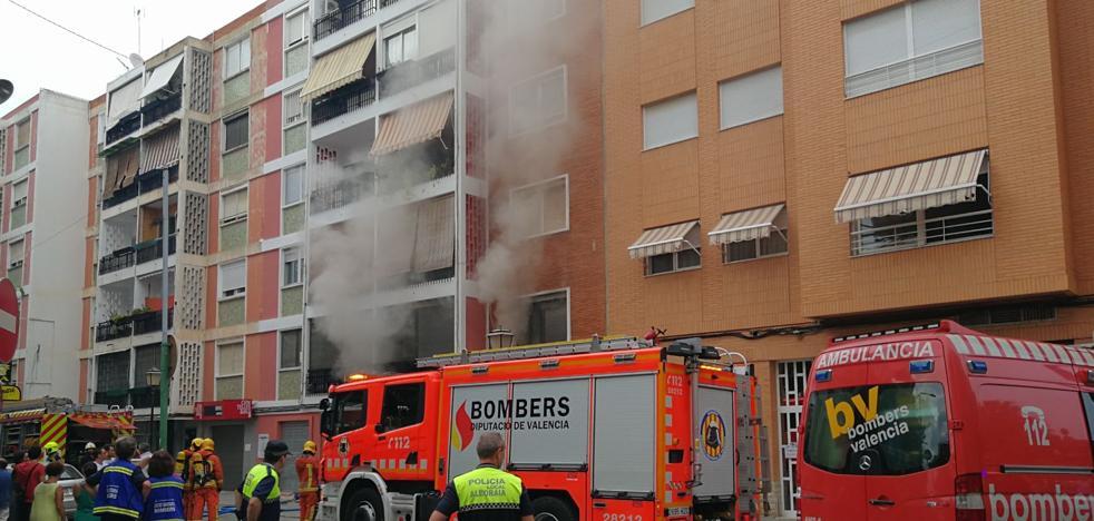 Los bomberos salvan a un perro en un incendio en Alboraya