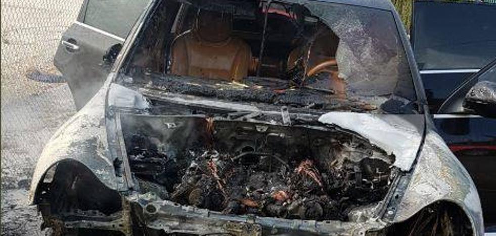 Los bomberos extinguen un incendio en un coche en Paterna y evitan que explote el depósito
