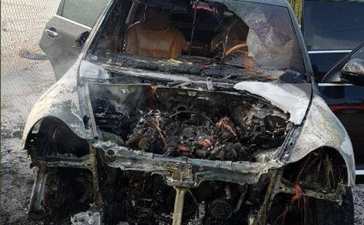 Fotos del coche incendiado en Paterna