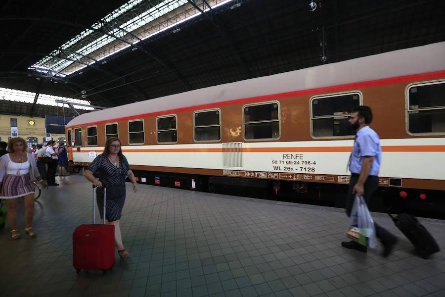 Fotos de la locomotora 269-604 en la Estación del Norte de Valencia