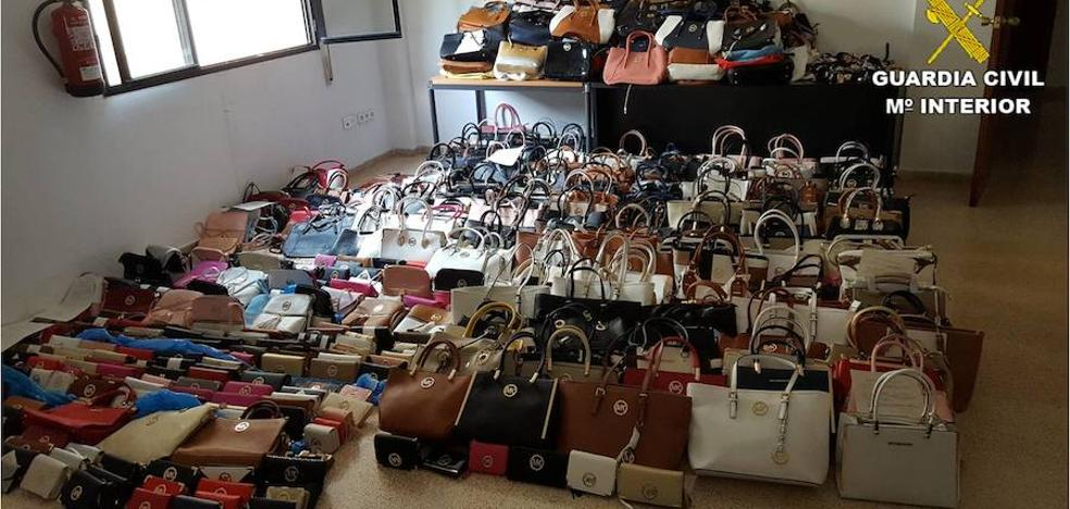 La Guardia Civil se incauta de más de 1.000 productos falsificados en Benidorm