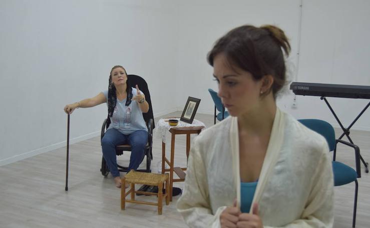 Fotos de un ensayo de 'Bernarda', propuesta integrada en la programación de Russafa Escènica