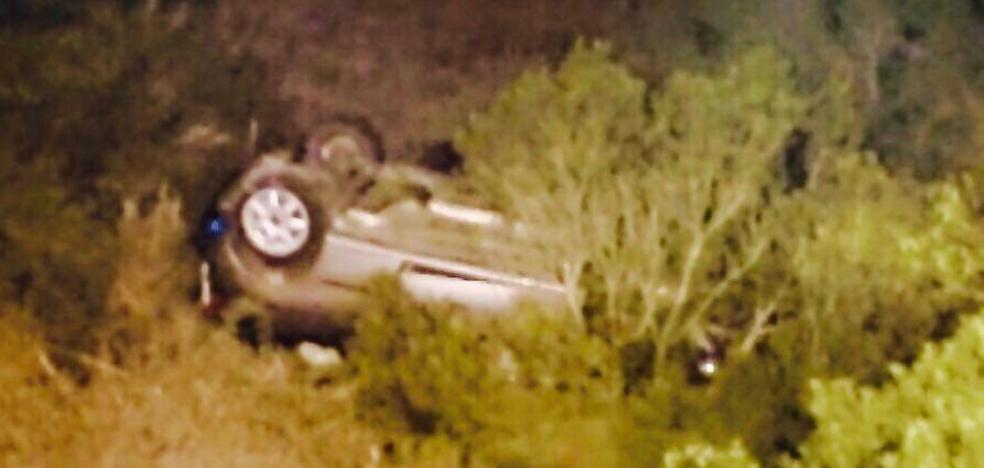 Un conductor herido leve en Dénia al salirse de la carretera de Les Planes y caer por un barranco