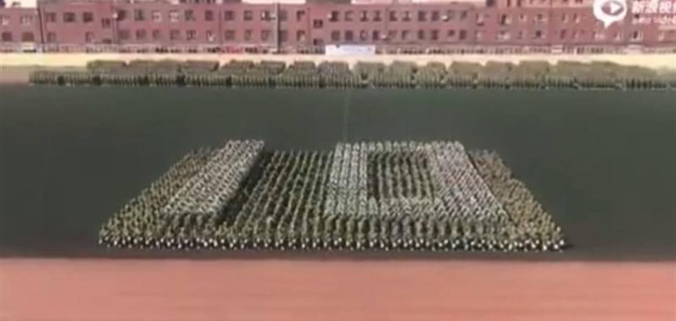Impresionante cuenta atrás humana de unos universitarios al terminar su formación militar