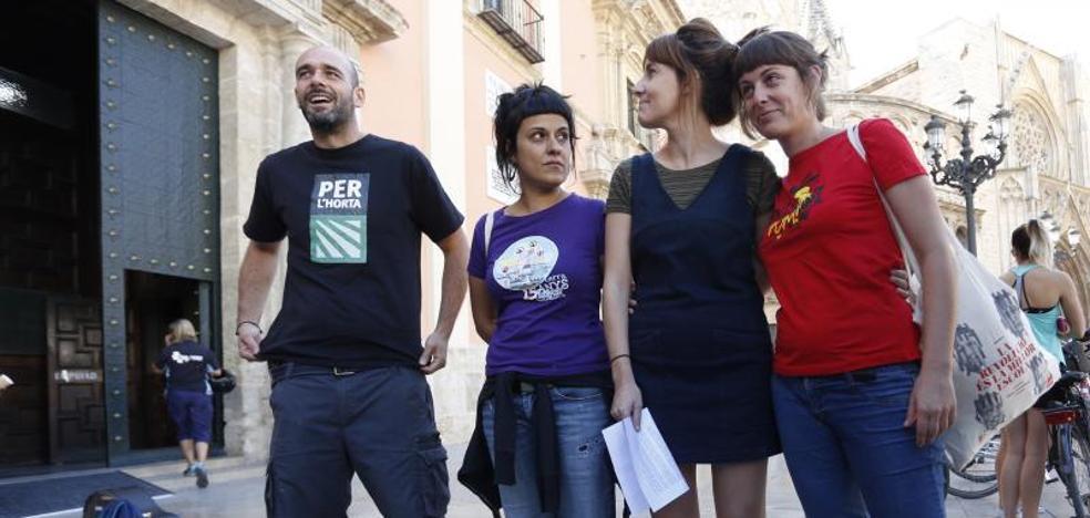 La Policía identifica a Anna Gabriel (CUP) en el acto a favor del referéndum catalán en la plaza de la Virgen de Valencia celebrado sin autorización