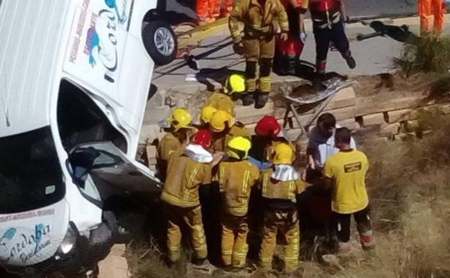 Un herido leve tras quedar colgando su furgoneta de un puente de Benidorm