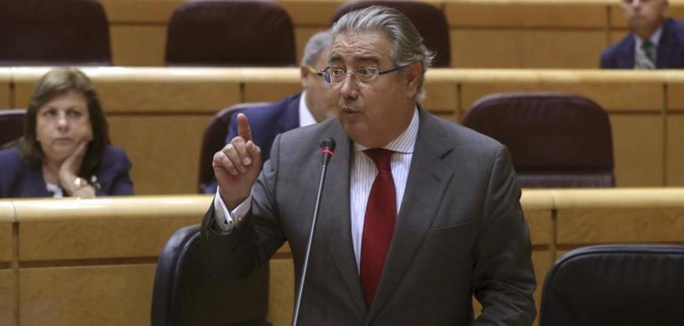 Zoido anuncia una «revisión de protocolos» tras los atentados de Cataluña