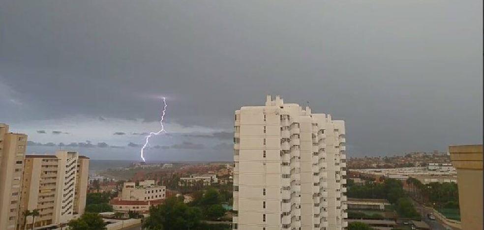 Una intensa y rápida tormenta con granizo y rayos inunda garajes en Alicante